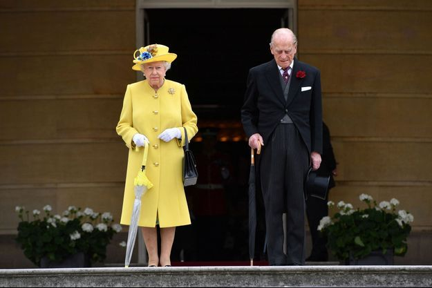 La reine Elizabeth II et le prince Philip observent une minute de silence pour les victimes de l'attentat de Manchester à Londres, le 23 mai 2017