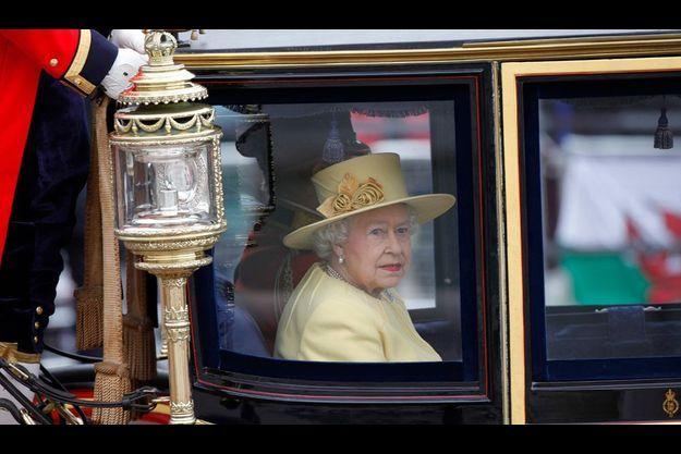 """Elizabeth II, le 16 juin, lors de la cérémonie de """"Salut aux couleurs""""."""