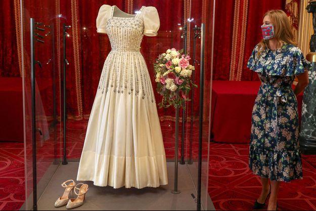 La princesse Beatrice d'York découvre sa robe de mariée exposée au château de Windsor, le 23 septembre 2020