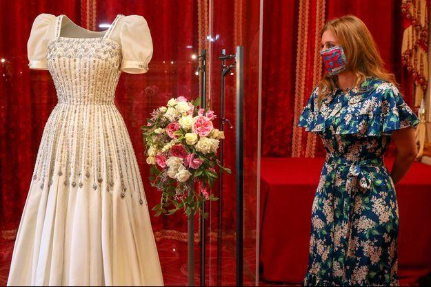 La princesse Beatrice d'York devant sa robe de mariée exposée au château de Windsor, le 23 septembre 2020