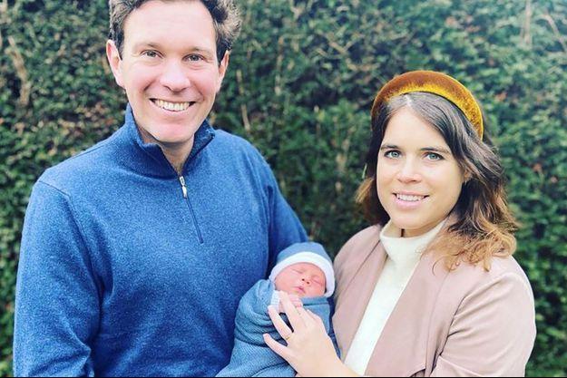 La princesse Eugenie et son mari Jack Brooksbank posent avec leur bébé.