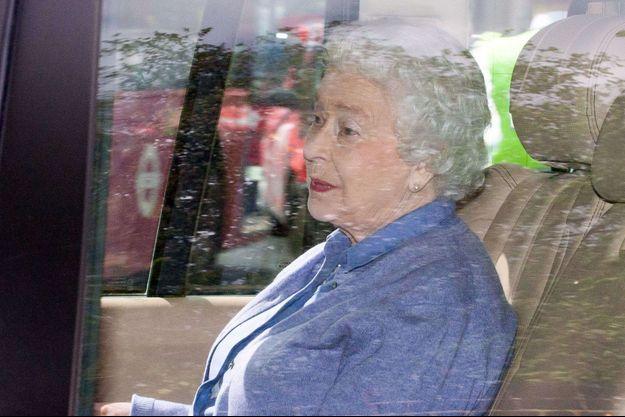 La reine Elizabeth II quitte Kensington Palace après sa première rencontre avec la princesse Charlotte, la fille de Kate et William.