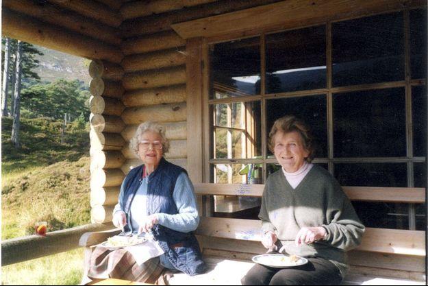 La Reine et sa cousine déjeunent à la bonne franquette à Glen Beg, un des chalets du domaine de Balmoral. Près d'Elizabeth II, un verre de sa boisson favorite, comme sa mère : le gin-Dubonnet.