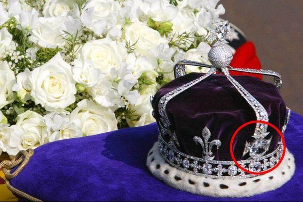 La couronne de la reine-mère Elizabeth, déposée sur son cercueil lors de ses funérailles, en avril 2002.