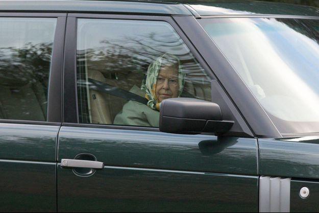 Le reine Elizabeth II seule au volant près de son château de Sandringham, le 22 janvier 2019
