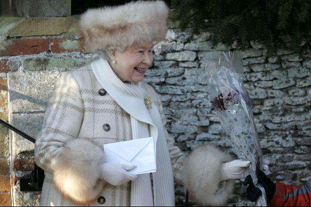 La reine Elizabeth II avec une toque en renard et un manteau aux manches bordées de cette fourrure à Sandringham le 25 décembre 2010