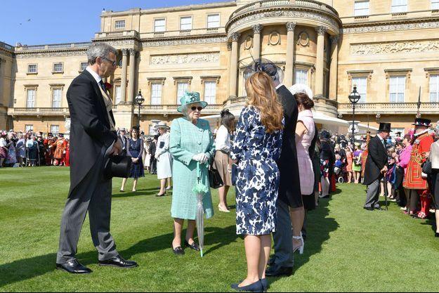 La reine Elizabeth II lors de l'une de ses garden party dans les jardins de Buckingham Palace à Londres, le 15 mai 2018