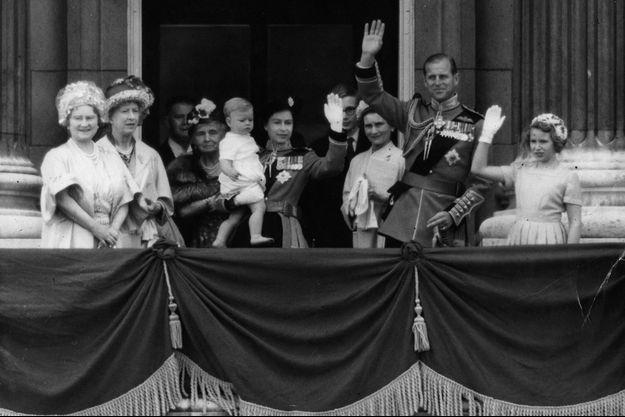 La reine Elizabeth II avec son fils le prince Andrew dans les bras, le 10 juin 1961
