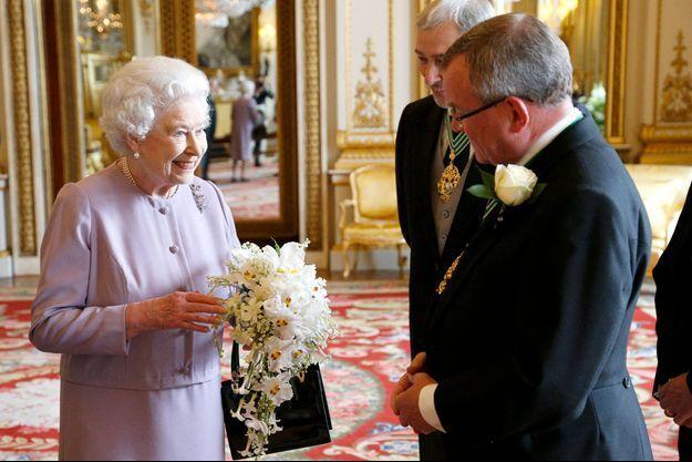 La reine Elizabeth II le 30 mai 2013 avec une réplique de son bouquet de couronnement contenant du muguet, sa fleur préférée