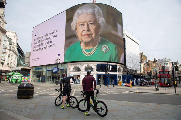 L'affiche placardée à Piccadilly Circus à Londres avec un extrait de l'allocution de la reine Elizabeth II, le 8 avril 2020