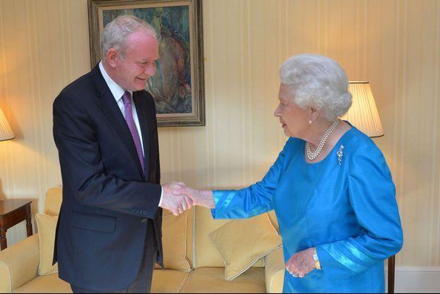 La reine Elizabeth II et le vice-Premier ministre nord-irlandais Martin McGuinness au château de Hillsborough, en Irlande du Nord, le 23 juin 2014.
