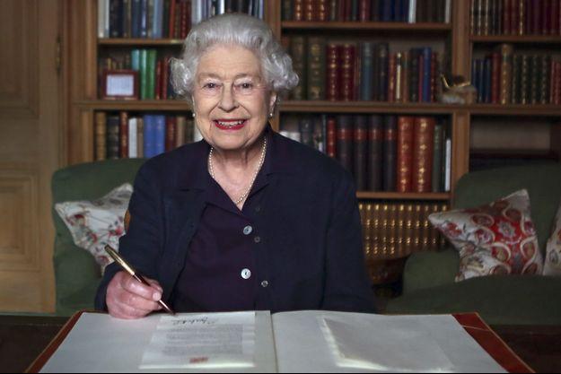 La reine Elizabeth, dans sa résidence à Balmoral en Ecosse, signe le message d'ouverture des Jeux du Commonwealth 2014, qui se sont tenus à Glasgow cet été.