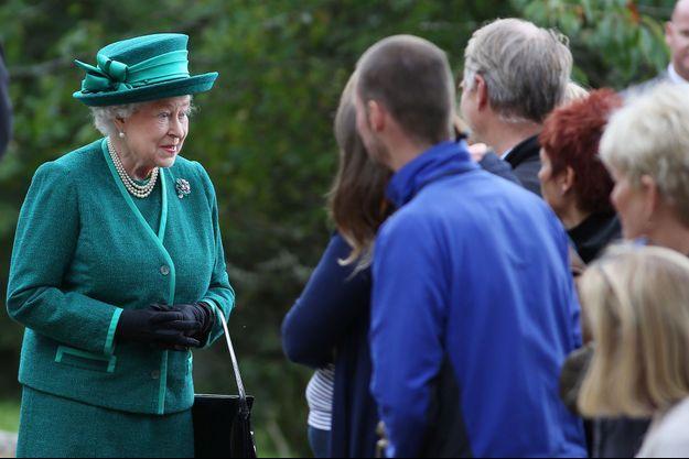 La reine s'adressant aux personnes présentes à la sortie de la messe à l'église de Balmoral, en Ecosse, dimanche 14 septembre, à quelques jours du référendum.
