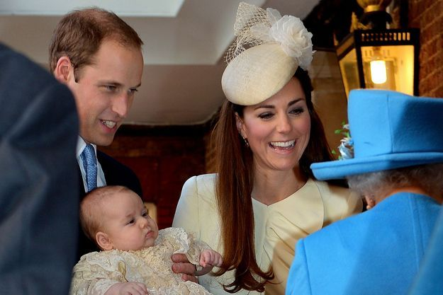 Baby George observe d'un air placide son arrière-grand-mère, la reine d'Angleterre.