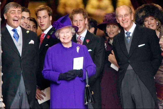 La reine Elizabeth II, les princes Philip, William et Harry avec le duc de Westminster au mariage de sa fille Lady Tamara, le 6 novembre 2004