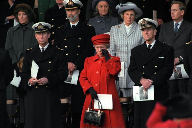 La reine Elizabeth II entourée des princes Charles et Philip, lors du désarmement du Britannia à Portsmouth, le 11 décembre 1997