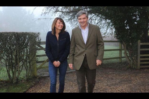 Jeudi 21 avril. Le lendemain de la rencontre royale, Carole et Michael sortent de leur propriété du Berkshire, dans les environs du village de Bucklebury.