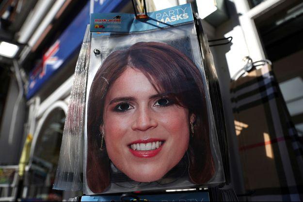 Un masque à l'effigie de la princesse Eugenie, dans un magasin aux abords du château de Windsor. Pas certains qu'il s'en vende autant que ceux de Meghan et Harry...