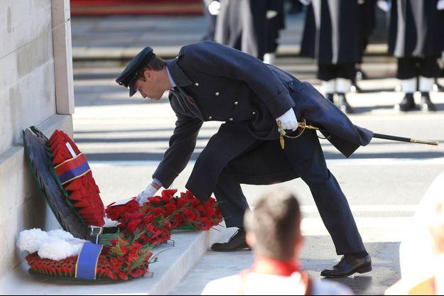 Le prince William dépose une gerbe au pied du cénotaphe de Whitehall, dimanche.