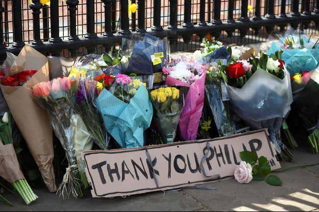 Les Anglais ont bravé la Covid-19 pour adresser des messages de remerciements au prince Philip comme ici devant les grilles de Buckingham Palace, à Londres.