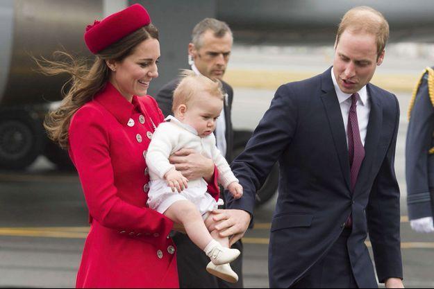 Lundi 7 avril, peu après midi. Kate, George et William viennent d'atterrir à l'aéroport de Wellington. A la robe-manteau de Kate, une broche en forme de fougère, l'emblème national, offerte à la reine Elizabeth en 1953.