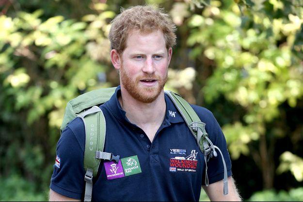 """Le prince Harry participe à une étape de la """"Walk of Britain"""" en soutien aux militaires blessés, le 30 septembre 2015"""