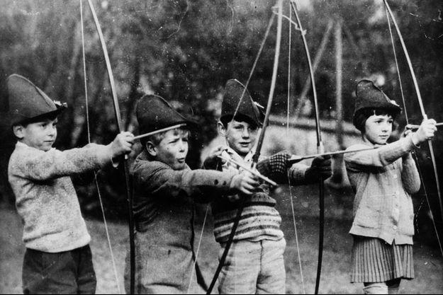 Le prince Philip enfant (2e à partir de la gauche) à l'école des Ormes à Saint-Cloud, vers 1929