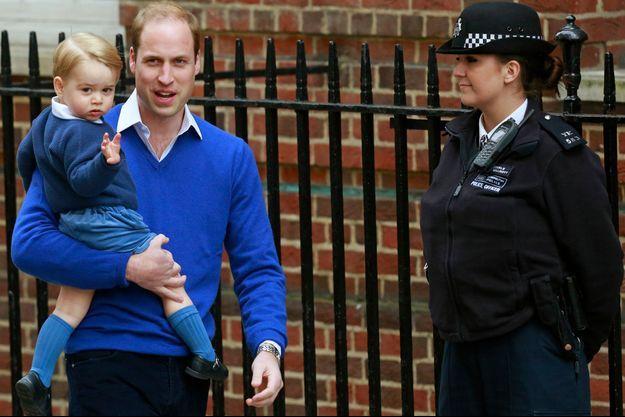 Le prince George dans les bras de son papa le prince William à Londres le 2 mai 2015