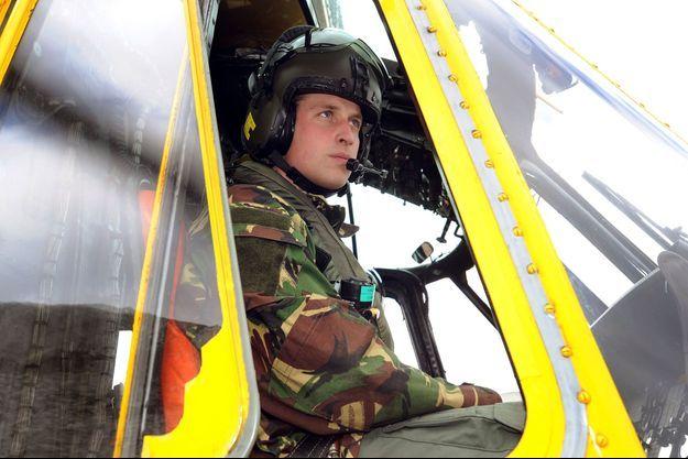 Le prince William aux commandes de son hélicoptère de la RAF, en 2011.