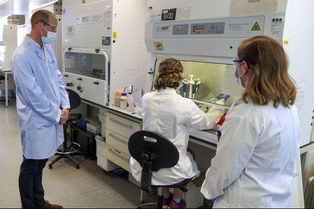 Le prince William visite un laboratoire où des chercheurs travaillent sur un vaccin contre la Covid-19, en juin dernier.