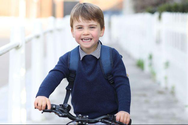 Le petit prince Louis souriant sur son vélo, un cliché divulgué en avril 2021 pour son troisième anniversaire