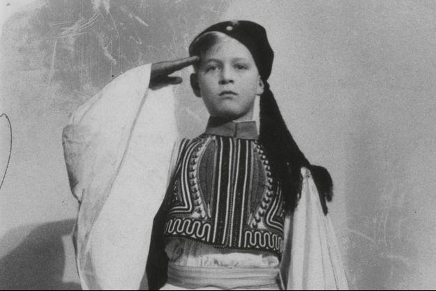 Un peu trop sérieux pour un déguisement. Philip, à 9 ans, en 1930. L'uniforme de soldat grec est tout ce qui lui reste de l'histoire royale familiale
