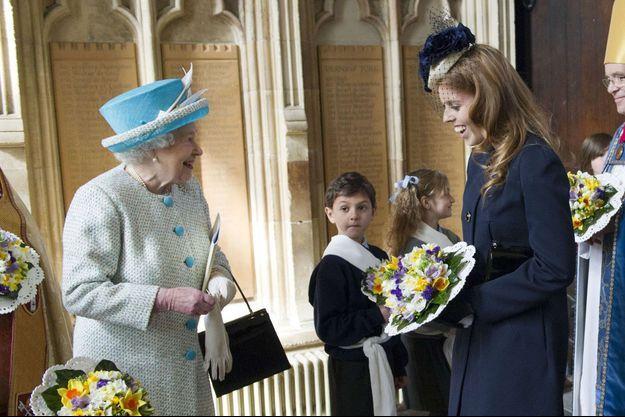 La princesse Beatrice d'York avec sa grand-mère la reine Elizabeth II à York, le 5 avril 2012 Rex Features/REX/SIPA