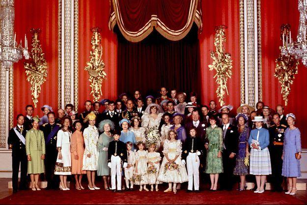 Les souverains européens posent avec les familles du prince Charles et de Lady Diana Spencer le 29 juillet 1981, jour de leur mariage