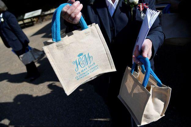 Ces sacs de toile, ornés des initiales des mariés surmontées d'une couronne, sont proposés à la vente sur eBay.