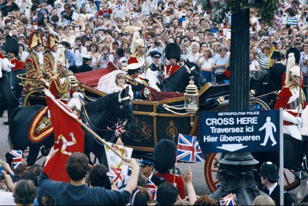 Le prince et la princesse de Galles dans le landeau à la sortie de la messe de mariage.