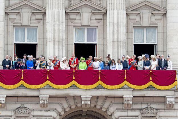 La reine d'Angleterre Elizabeth II et la famille royale britannique au balcon de Buckingham Palace, le 11 juin 2016