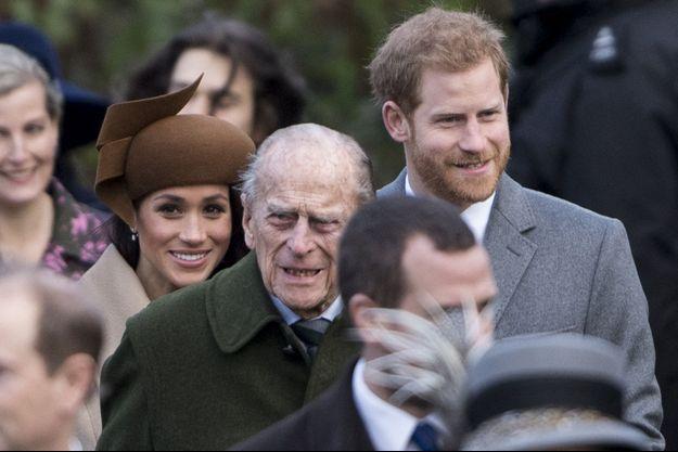 Le prince Philip devance Meghan Markle et le prince Harry à la sortie de la messe de Noël à Sandringham en décembre 2017
