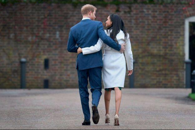 Au temps des fiançailles, le 27 novembre 2017, à Kensington. Harry impose officiellement une étrangère divorcée à la famille royale.