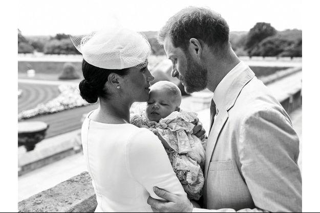 Le samedi 6 juillet, à Windsor, Archie dans les bras de Meghan, duchesse de Sussex, sous le regard attendri du prince Harry. L'enfant porte la réplique d'une robe créée au temps de la reine Victoria.