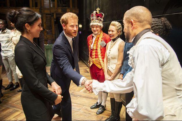 Le 29 août, au Victoria Palace Theatre de Londres, avec la troupe de la comédie musicale « Hamilton » (dont Michael Jibson en George III). A l'issue d'une représentation en faveur de Sentebale, une association caritative créée par Harry.