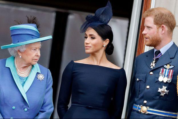 Elizabeth, Meghan et Harry, lors du centenaire de la Royal Air Force, au balcon de Buckingham Palace, le 10 juillet 2018.