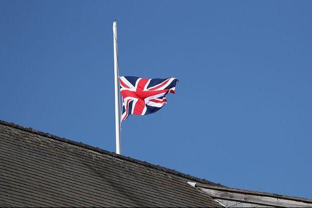 Les drapeaux britanniques sont en berne.