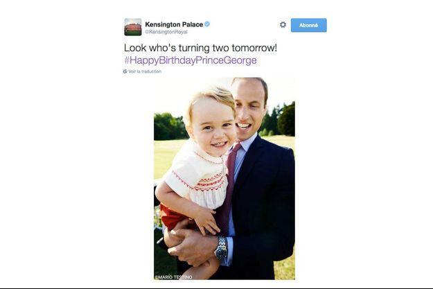 Le prince George dans les bras de son père le prince William, à l'occasion du baptême de la princesse Charlotte