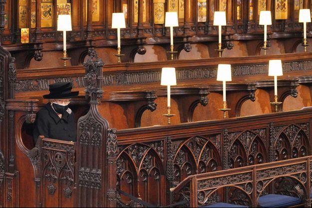 La reine Elizabeth II dans la chapelle St George à Windsor pour les funérailles du prince Philip, le 17 avril 2021