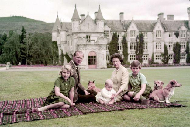 À Balmoral, Philip en famille dans la résidence préférée de la Reine. Les corgis veillent: Anne et Charles ont désormais un petit frère, Andrew, 7 mois.