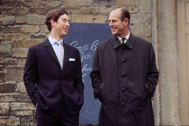 Charles et Philip en 1971 : un échange de sourires pas si fréquent entre le père et son fils.