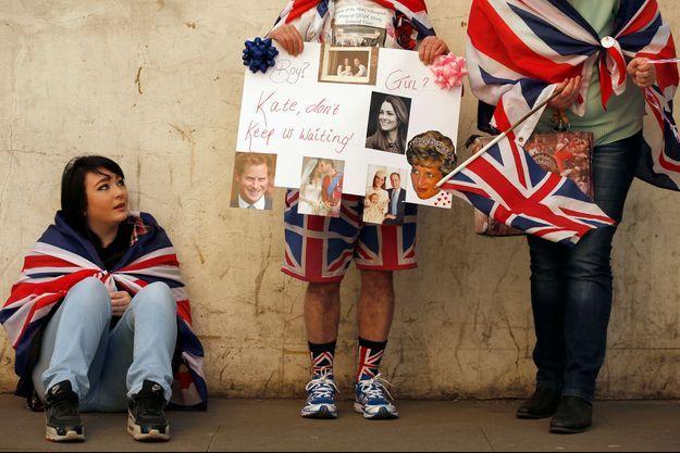 Fille ou garçon? Les fans qui campent devant l'aile Lindo de l'hôpital St Mary à Londres aimeraient être fixés