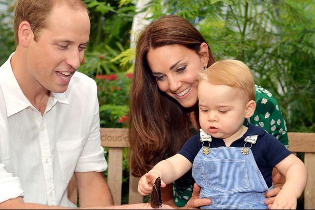 Photo officielle du petit prince George dans les jardins du Musée d'Histoire Naturelle à Londres, à l'occasion de son premier anniversaire