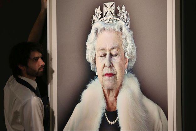 Le tirage du portrait de la reine Elizabeth II par Chris Levine présenté chez Sothevy's à Londres le 31 mars 2017
